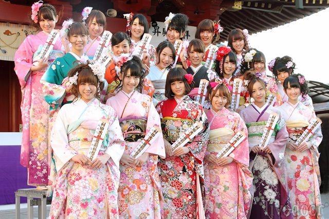 Trang phục của các bạn nữ trong lễ thành nhân